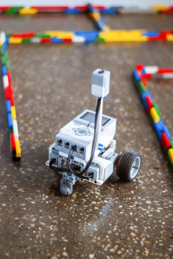 Piccolo robot nel labirinto immagine stock