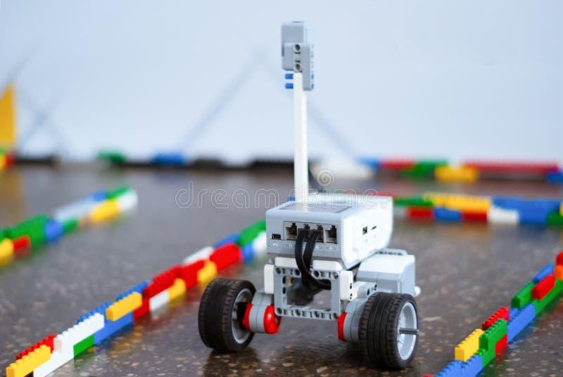 Piccolo robot nel labirinto fotografie stock