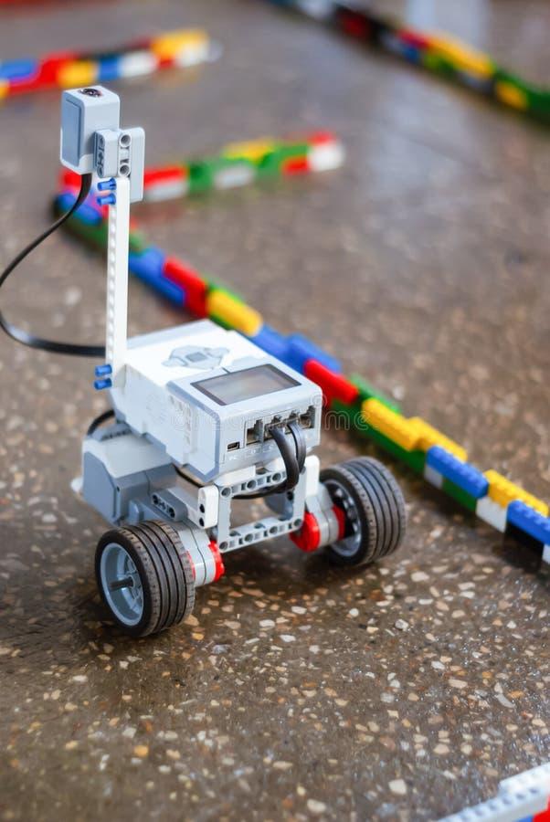 Piccolo robot nel labirinto fotografia stock