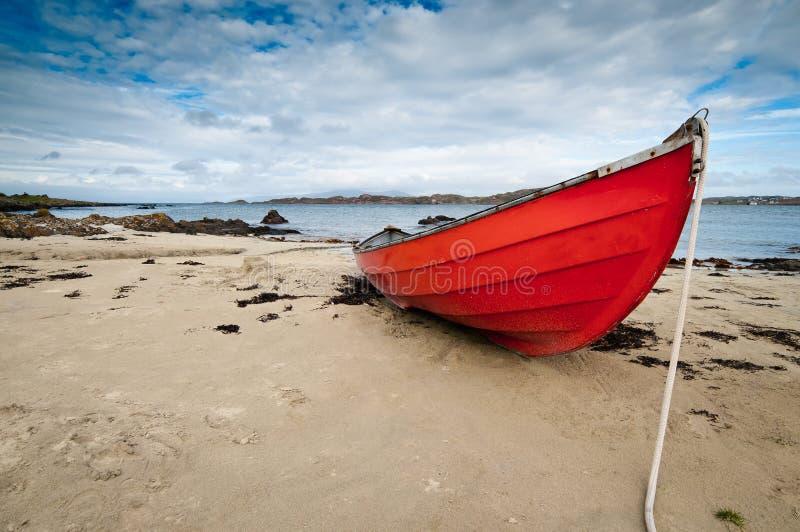 Piccolo rowboat che si trova al puntello fotografia stock libera da diritti