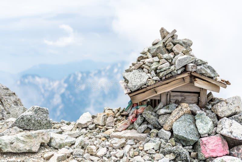 Piccolo santuario con il fondo della montagna fotografie stock libere da diritti