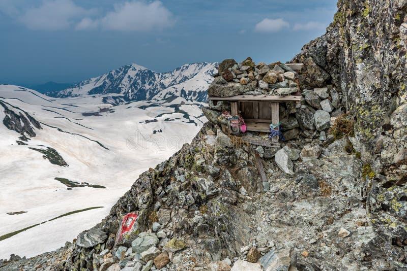 Piccolo santuario con il fondo della montagna immagine stock libera da diritti