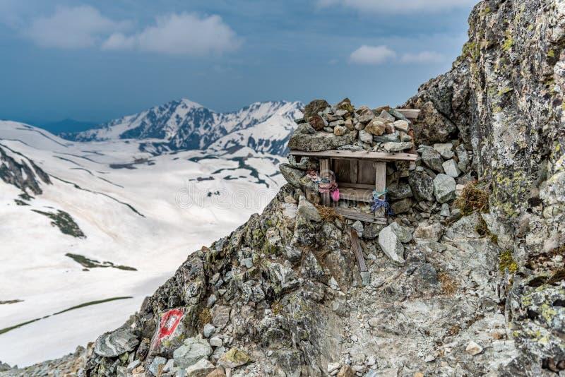 Piccolo santuario con il fondo della montagna fotografia stock