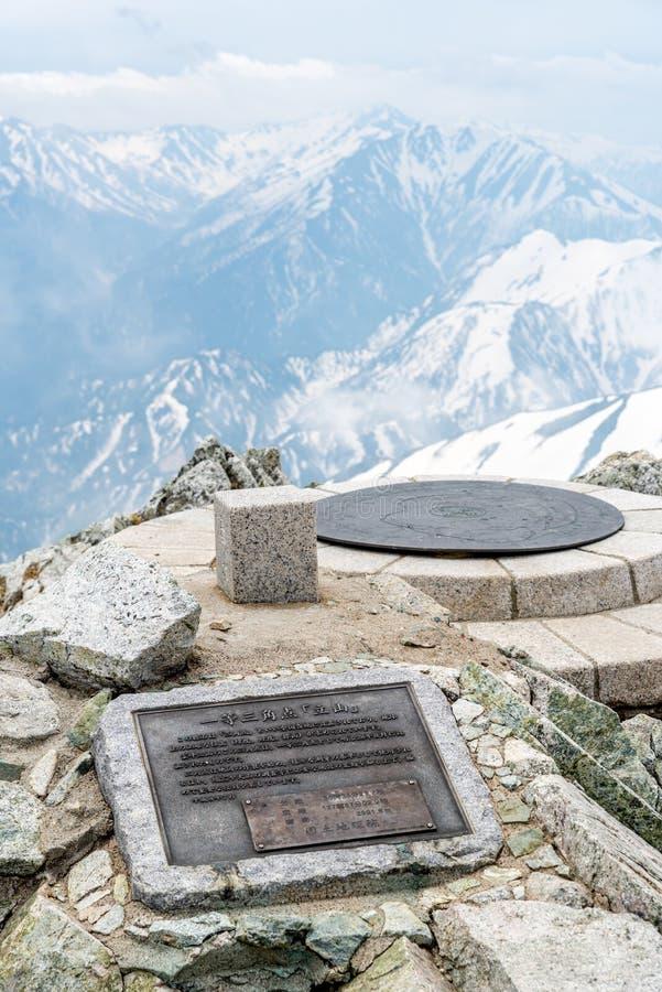 Piccolo santuario con il fondo della montagna fotografia stock libera da diritti