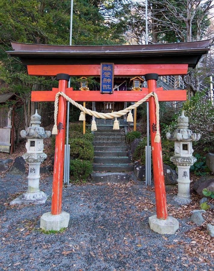 Piccolo santuario a di sotto del tempio di Chureito in Kawaguchi, Giappone fotografia stock libera da diritti
