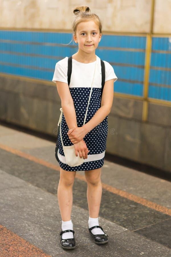 Piccolo scolara sulla piattaforma nel sottopassaggio Foto verticale fotografia stock