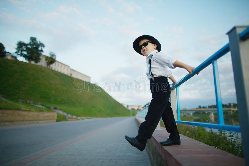 Piccolo signore con gli occhiali da sole all'aperto immagini stock