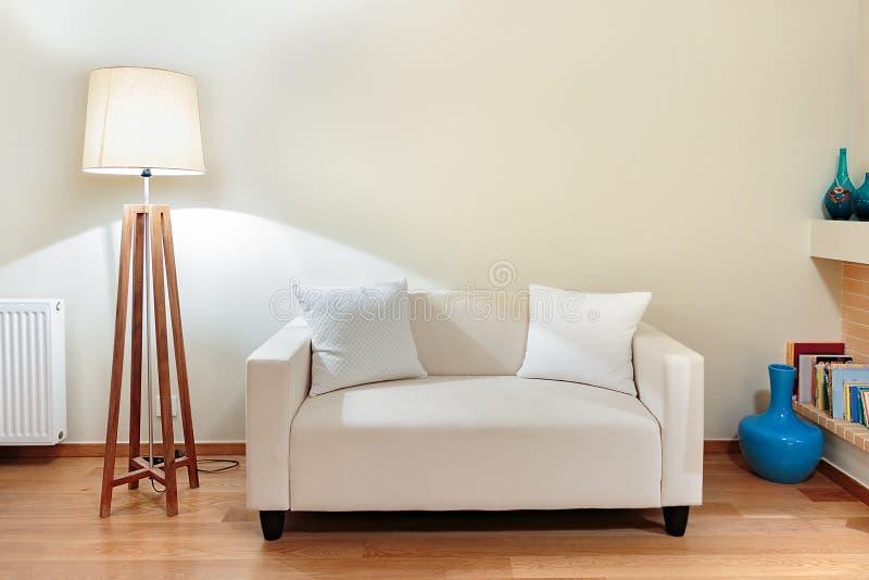 Piccolo sofà con due piccoli cuscini fotografie stock libere da diritti