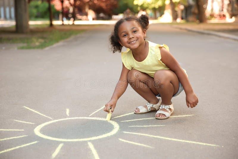 Piccolo sole afroamericano del disegno del bambino immagini stock