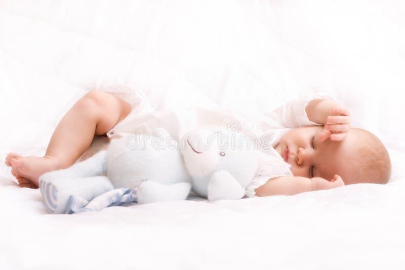 Piccolo sonno sveglio del bambino immagini stock libere da diritti