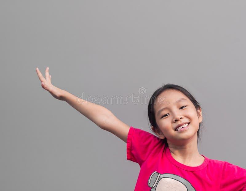 Piccolo sorriso sveglio asiatico della ragazza con il suo dente rotto fotografia stock libera da diritti