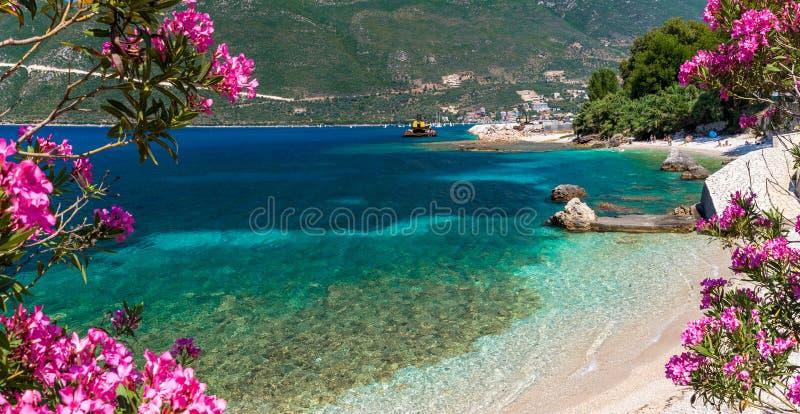 Piccolo spiaggia nella città di Vasiliki, isola di Leucade, Grecia immagini stock