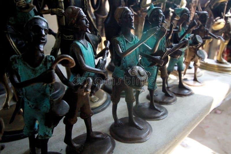Piccolo statue al mercato centrale dell'artigiano a Accra, Ghana immagine stock libera da diritti
