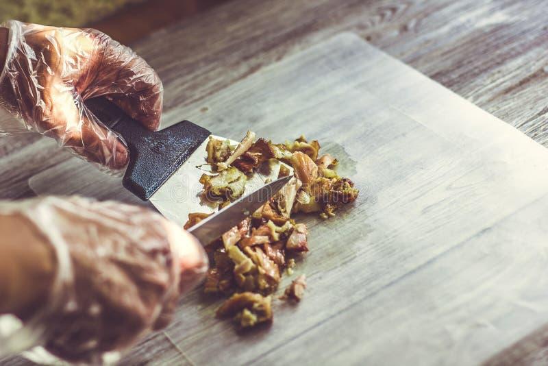 Piccolo taglio della fine della carne di pollo su Cottura erogatrice di kebab immagini stock