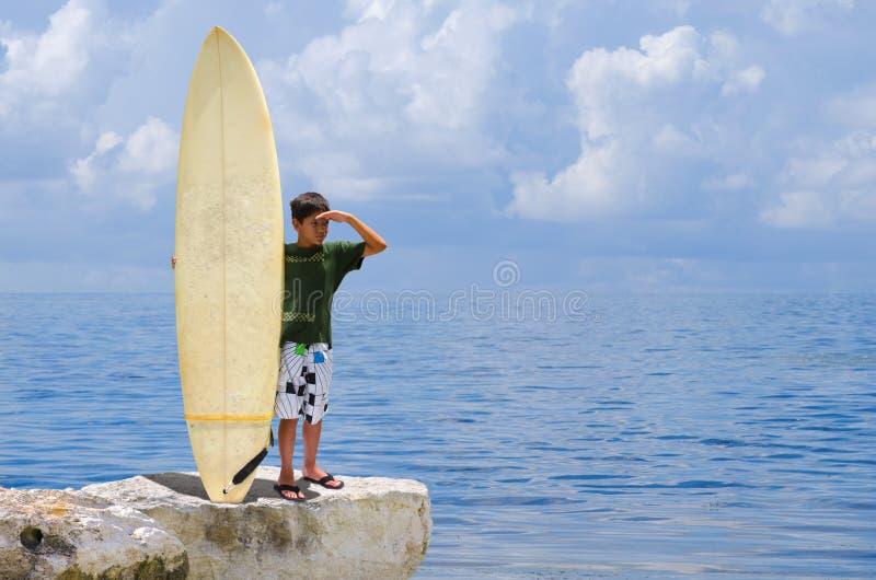 Piccolo tizio del surfista del giovane ragazzo con il suo surf fotografie stock