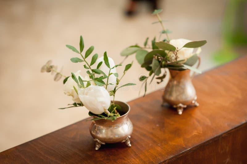 Piccolo vaso tre con i fiori che stanno vicino fotografia stock