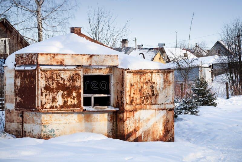 Piccolo vecchio mercato arrugginito abbandonato fotografia stock libera da diritti