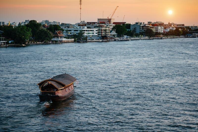 Piccolo viaggio tailandese della barca al tramonto fotografie stock libere da diritti