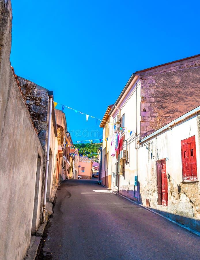 Piccolo vicolo in un vecchio villaggio fotografia stock libera da diritti