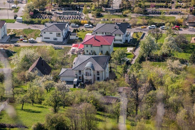 Piccolo villaggio distinto con le piccole case piacevoli in mezzo alla campagna tedesca con i giardini, gli alberi ed i prati fotografie stock libere da diritti