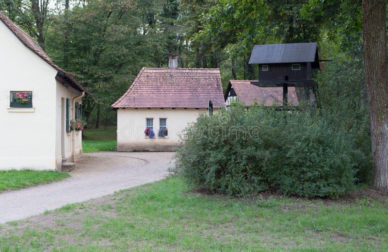 Piccolo villaggio in foresta immagini stock