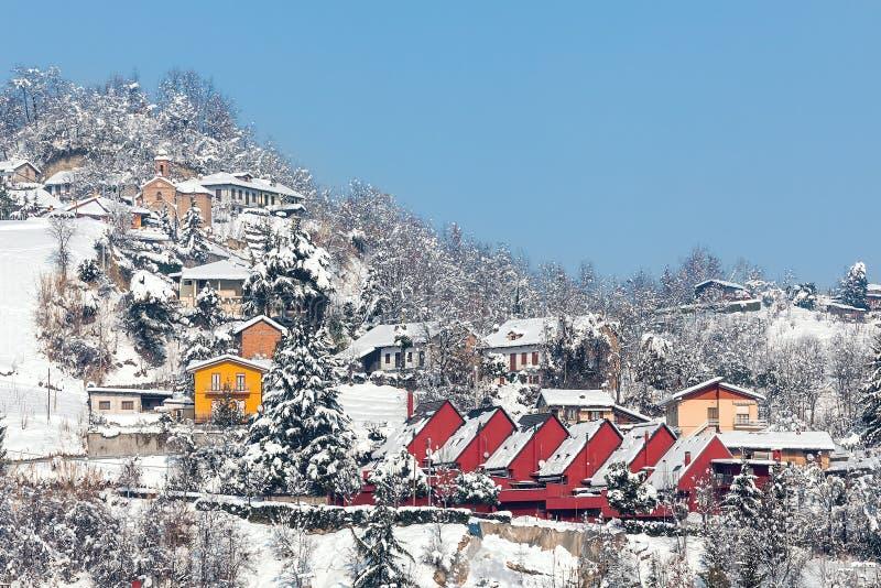 Piccolo villaggio italiano coperto di neve fotografie stock libere da diritti