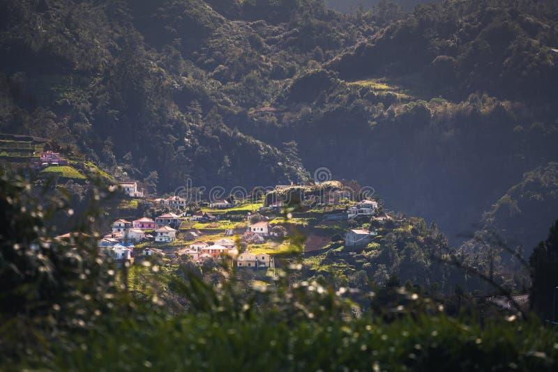 Piccolo villaggio perso in montagne, Madera, Portogallo fotografia stock libera da diritti