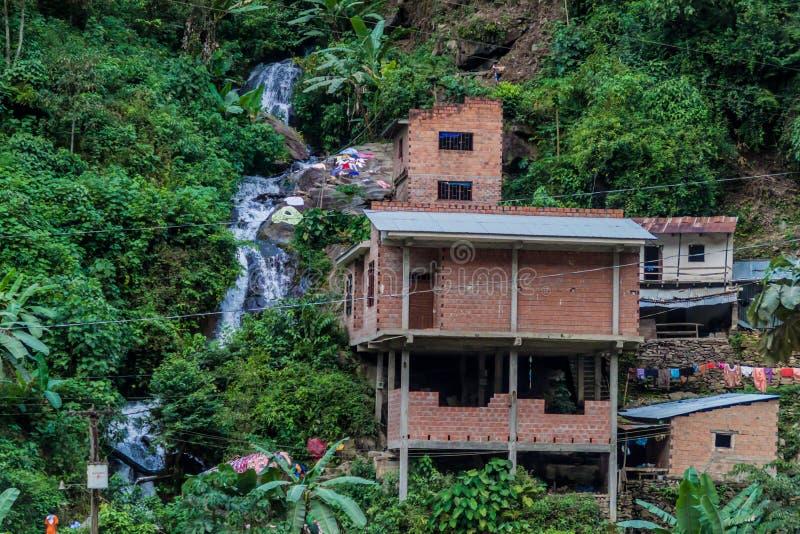 Piccolo villaggio in una valle del fiume in montagne di Yungas, Boliv di Coroico immagine stock libera da diritti