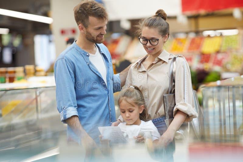 ?picerie heureuse de famille dans le supermarch? image libre de droits