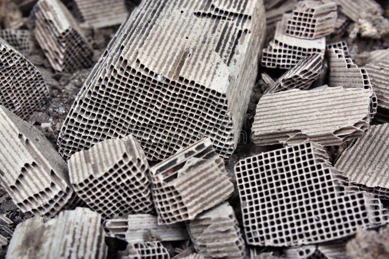 Pices de conversor catalítico quebrado imagens de stock