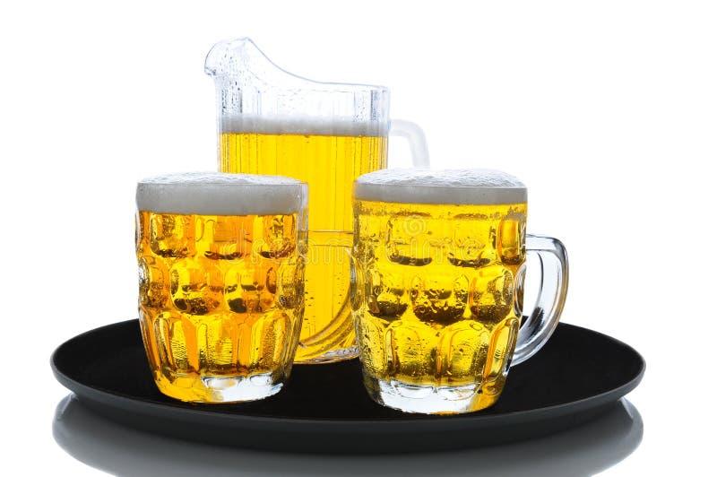 Pichet et glaces de bière sur le plateau image stock
