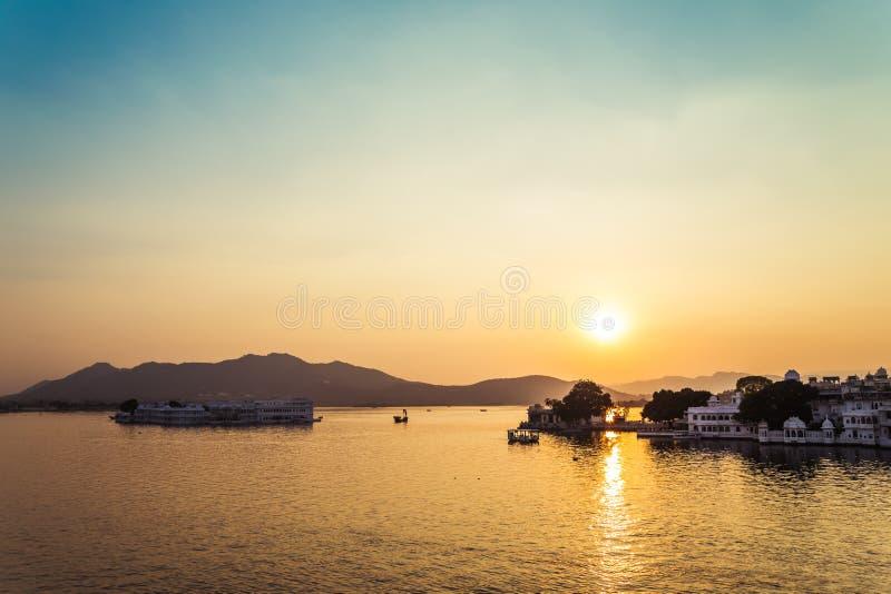 Pichola湖和Taj湖宫殿日落在乌代浦,印度 图库摄影