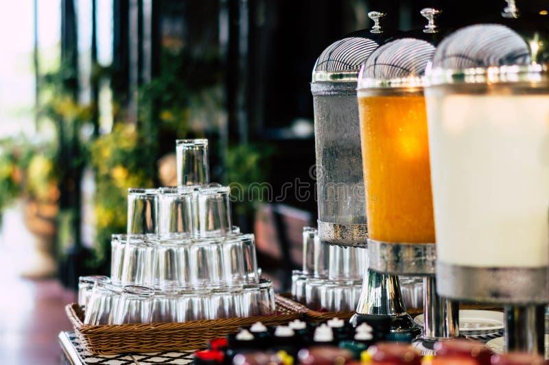Picie wody, soku pomarańczowego i dozownika mleka dla gości w hotelu zdjęcie stock