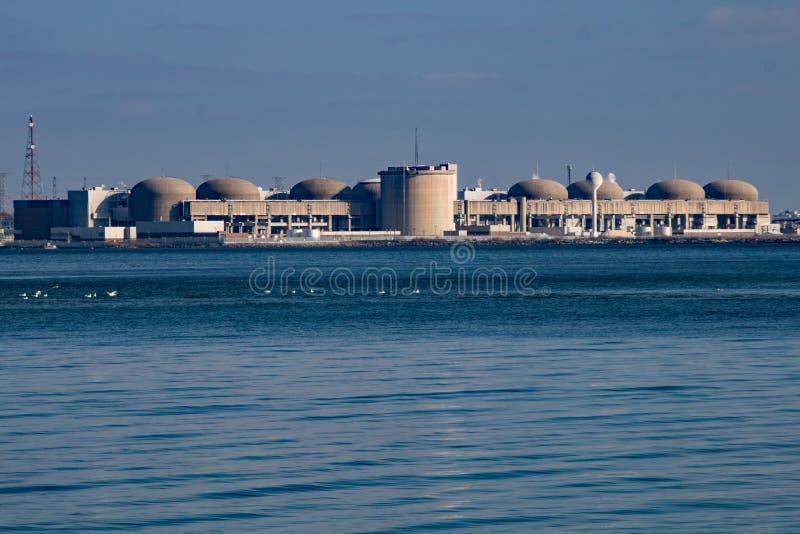 Pickering av kärnkraftverk från Rouge Beach Park royaltyfria bilder