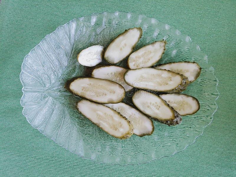 Pickled cortó los pepinos en plato inusual fotografía de archivo libre de regalías