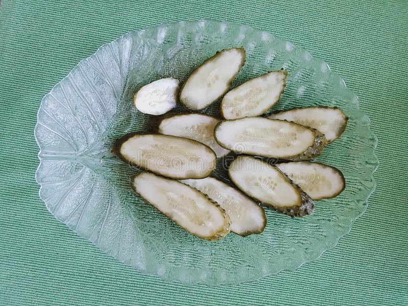 Pickled cortou pepinos no prato incomum fotografia de stock royalty free