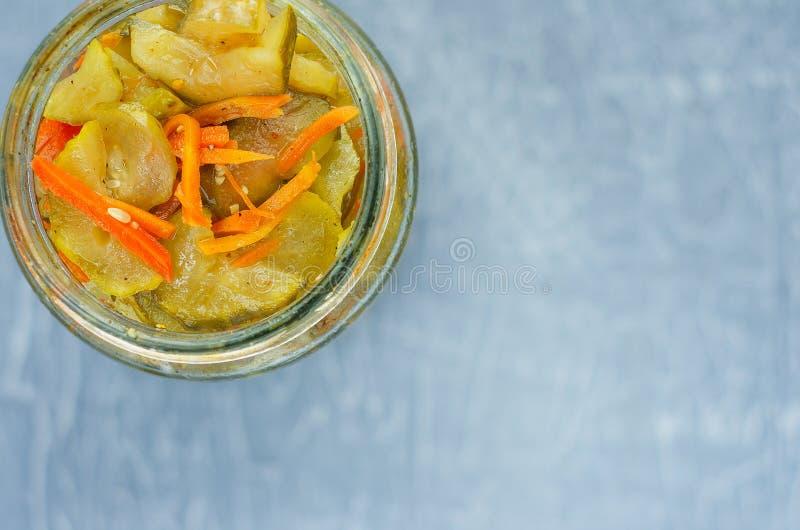 Pickled fermentó los pepinos y las zanahorias en un tarro Vew superior fotos de archivo