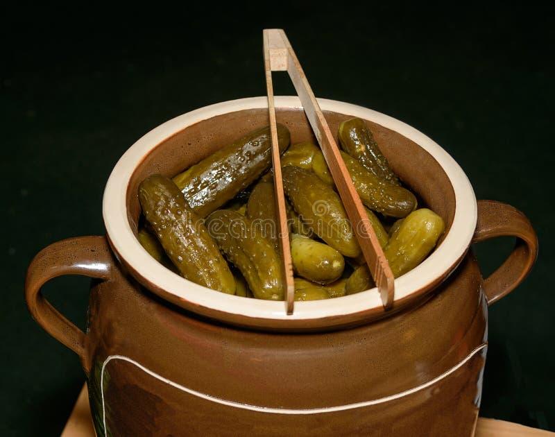 pickles Pepino em um tambor de salgar home Os produtos dos fazendeiros alemães foto de stock royalty free