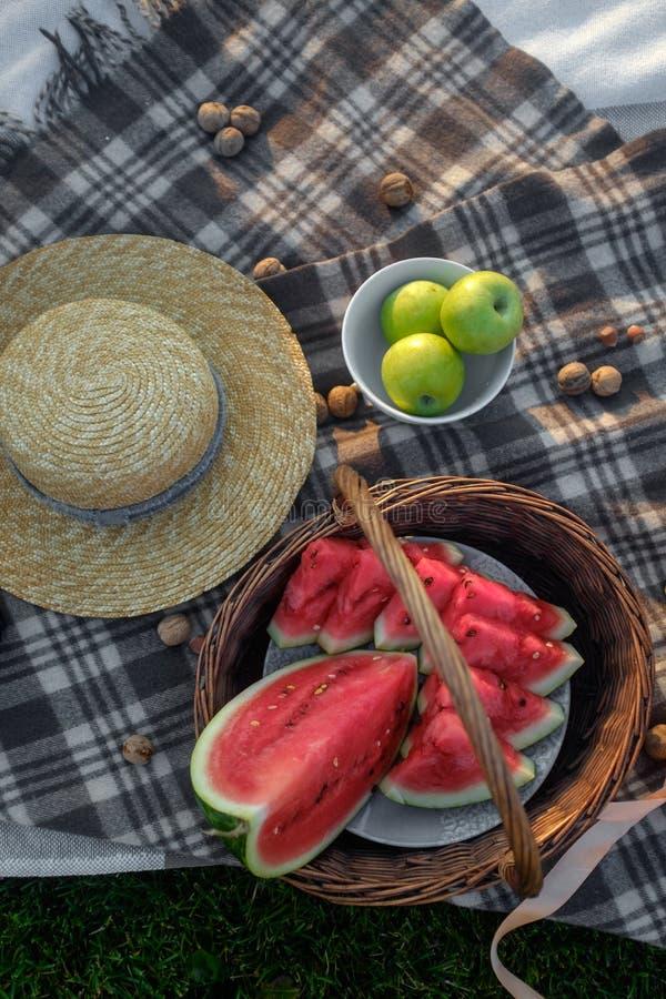 Picknick Gesneden watermeloen in een mand stock afbeeldingen