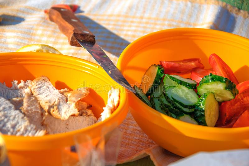 Am Picknick, am gesunden Lebensmittel in den Platten des Gemüses und am Huhn stockbilder