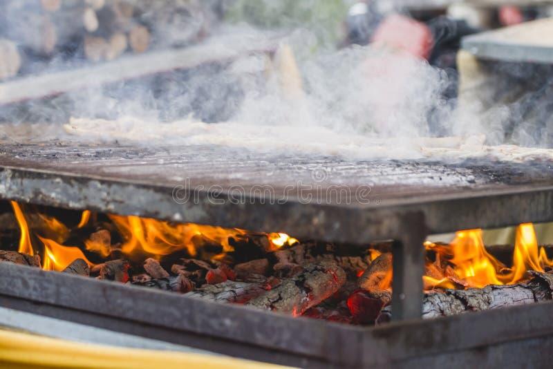 picknick, grillfest med korvar och lamm i en medeltida mässa, Spai royaltyfri fotografi
