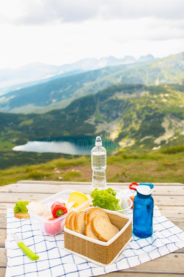 Picknick i bergen arkivfoton