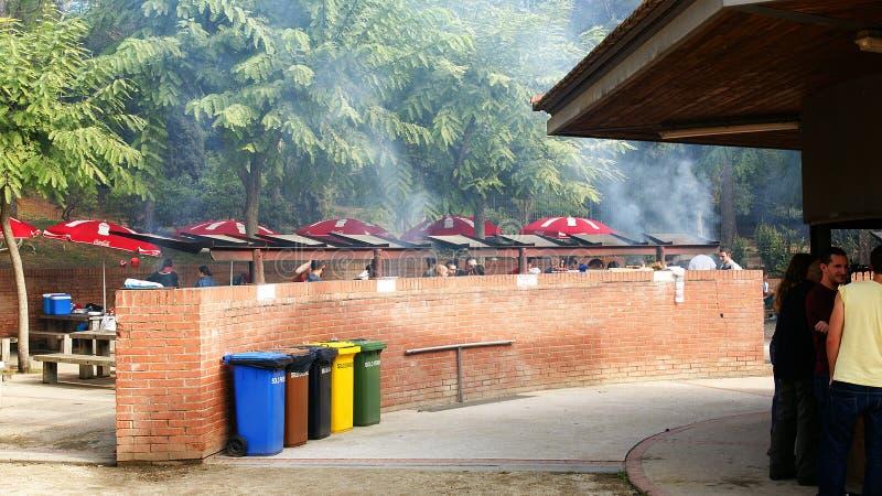 Picknick met brandkuilen in het Natuurreservaat van Collserola, Barcelona stock foto's