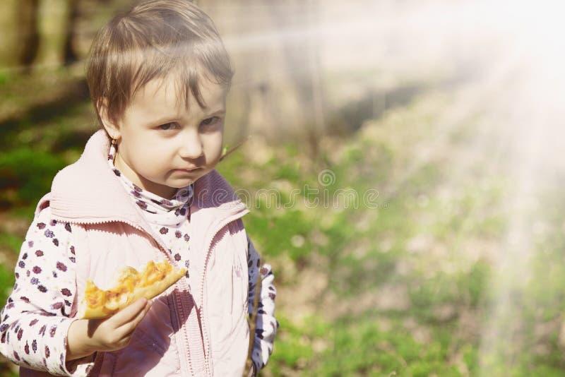 Picknick Mooi meisje die van een heerlijke pizza in natu genieten stock afbeeldingen