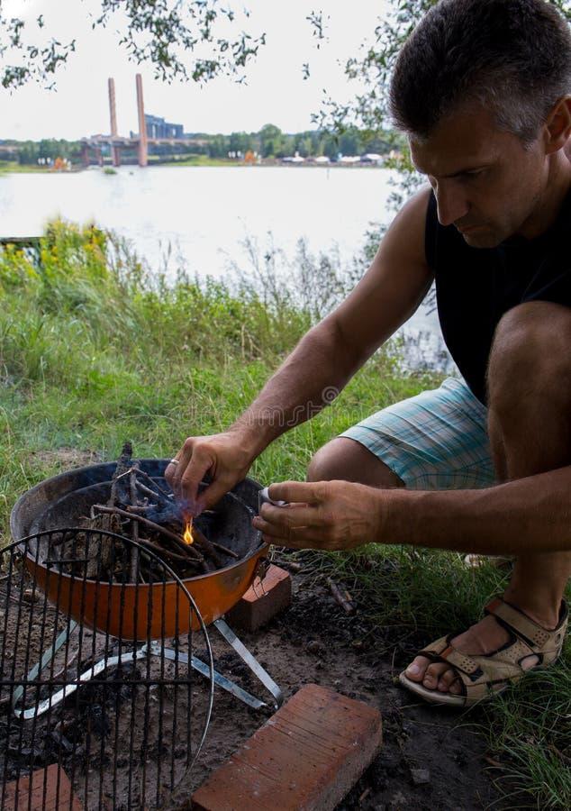 Picknick op de rivierbank in de zomer royalty-vrije stock foto's