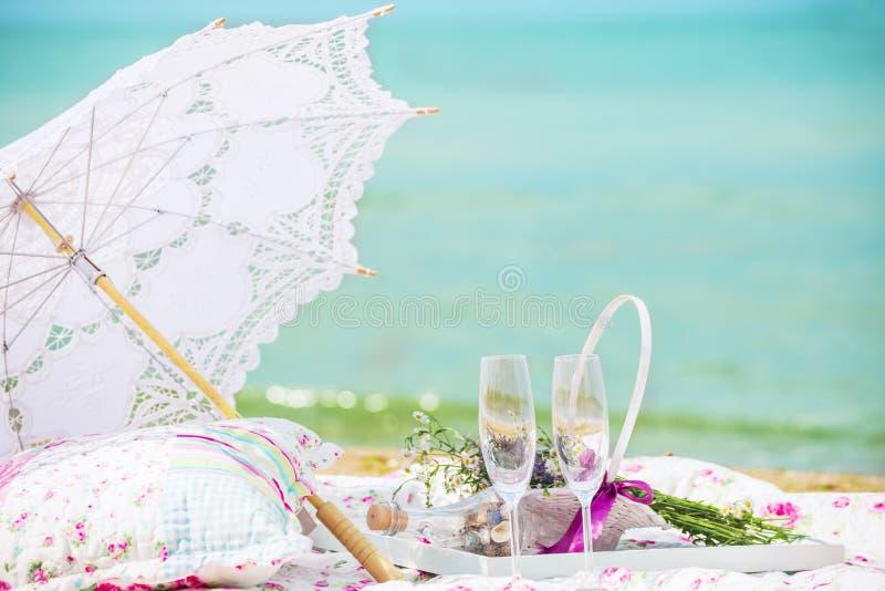 Picknick op het strand De atmosfeer van de zomer, rust, ontspanning, gelukkig tijdverdrijf royalty-vrije stock afbeelding