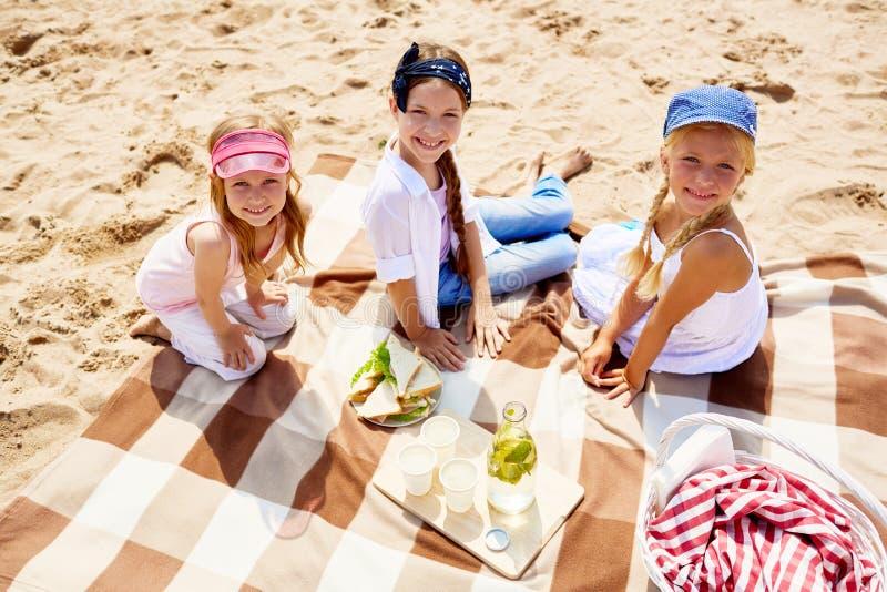 Picknick op zand stock foto