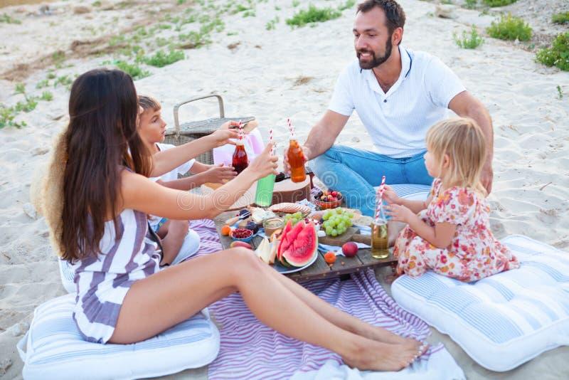 Picknick på stranden på solnedgången i den stilboho-, mat- och drinkbefruktningen fotografering för bildbyråer