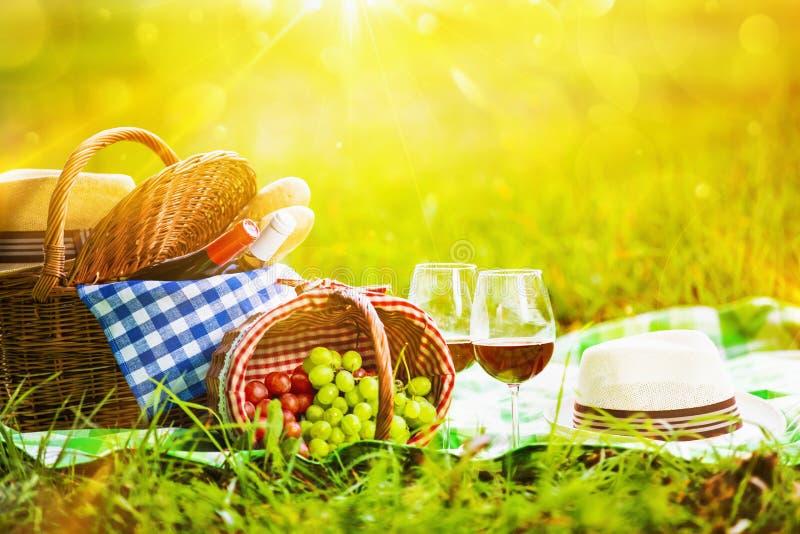 Picknick am Sonnenuntergang stockbilder