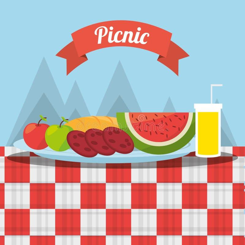 Picknick trägt Beschädigung- durch Fremdkörpersafttischdecken-Gebirgshintergrund Früchte stock abbildung